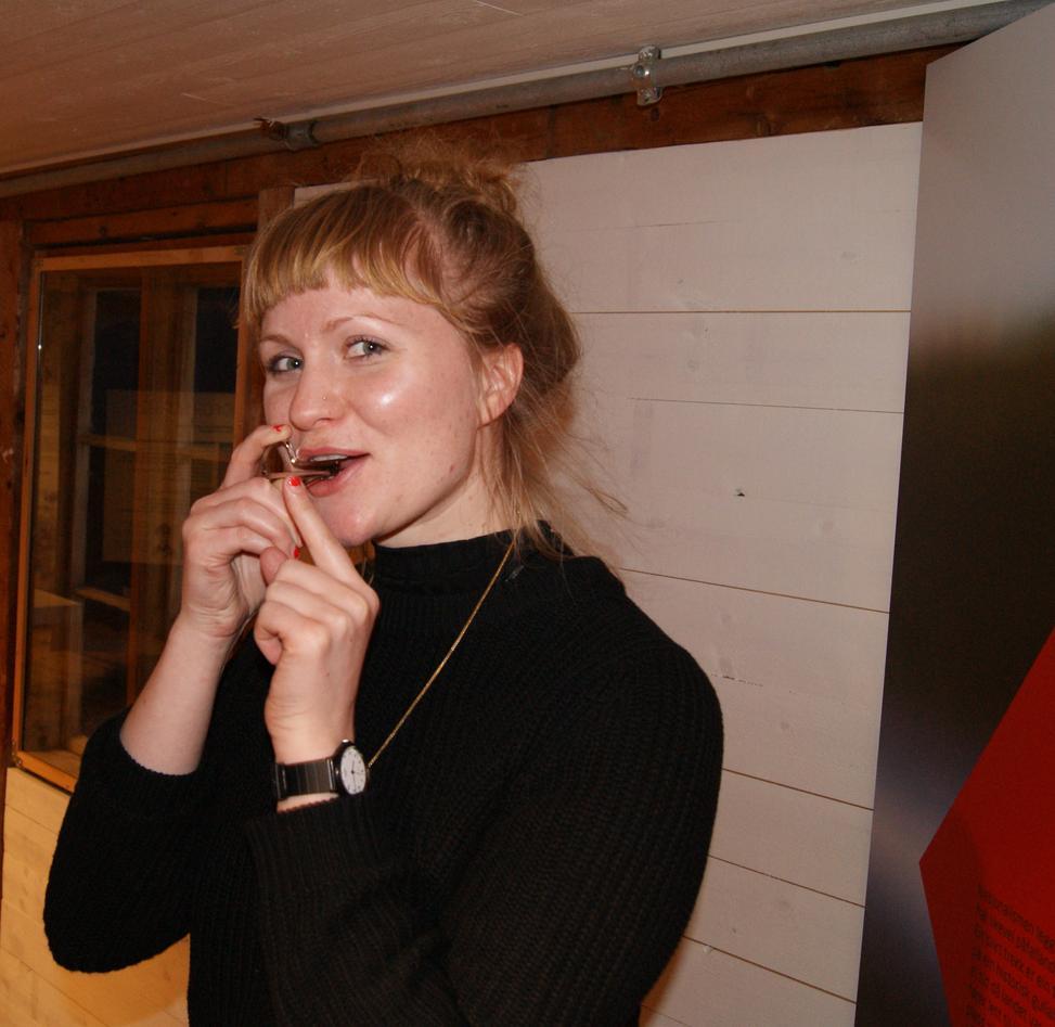 Karin Lillevold spiller munnharpe
