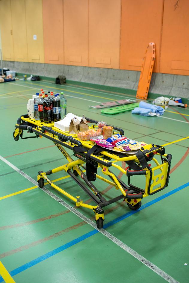 Uten mat og drikke, duger helten ikke. Anne Berit Guttormsen sørger for at studentene holder seg kvikke under sirkeløvelsen.