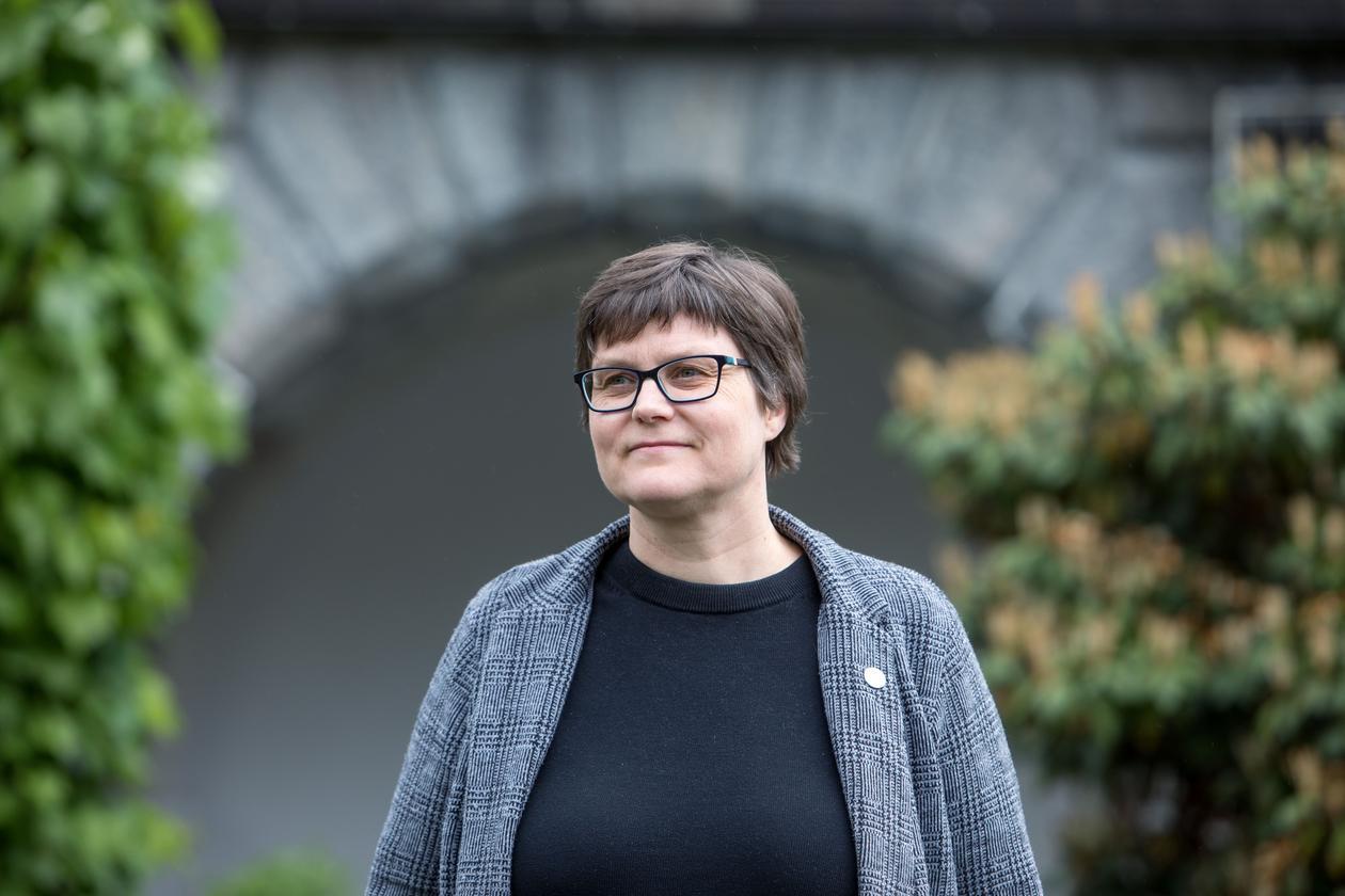 Energidirektør Kristin Guldbrandsen Frøysa, Universitetet i Bergen(UiB). Fotografert i hagen ved Universitetsmuseet i Bergen, juni 2018.