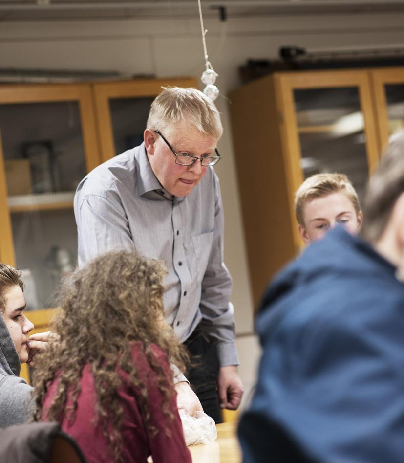 Kjartan Olafsson viser elevene et fysikk-eksperiment