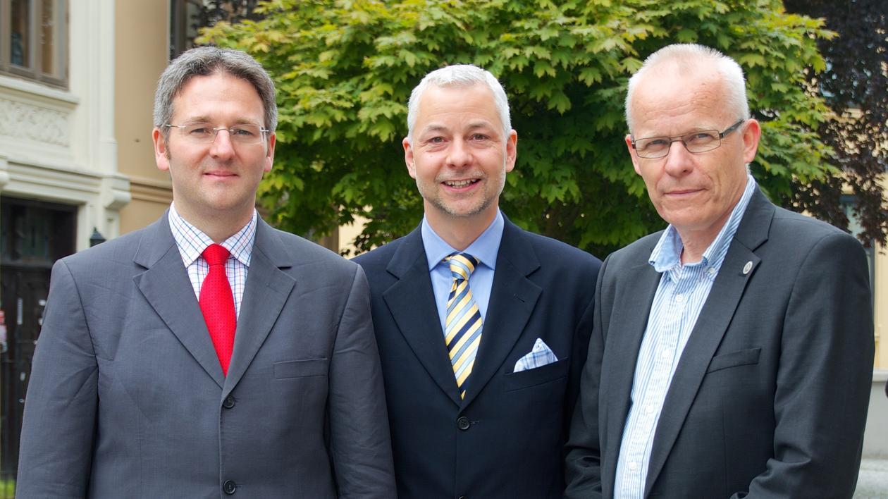 Bilde av de to forskerne og dekanen