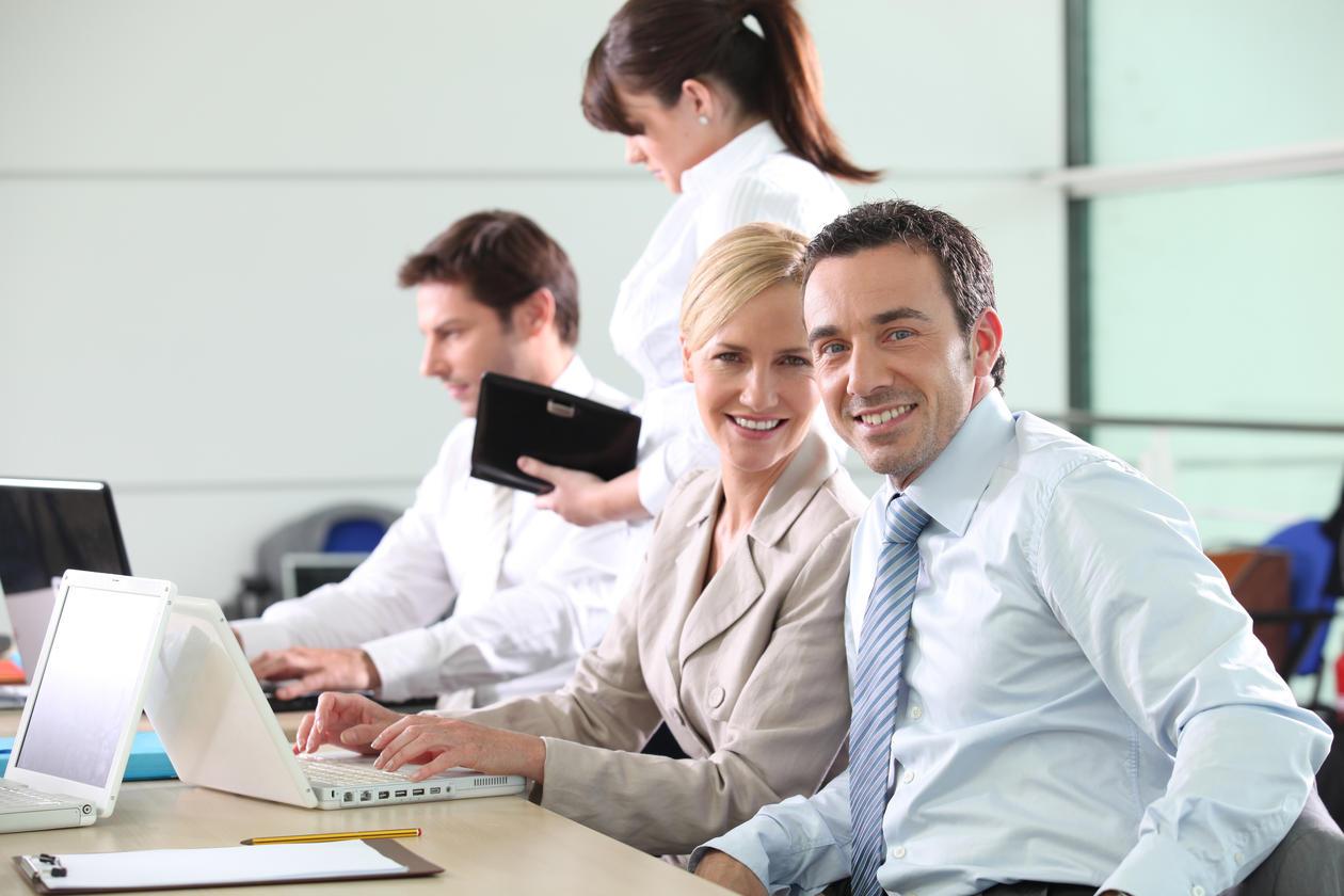 Bildet viser kollegaer som arbeider sammen