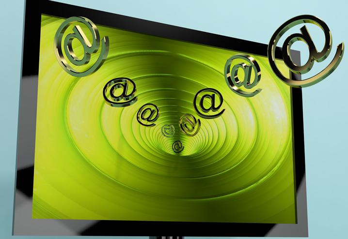 Bilde av krøllalfaer som flyt ut av en PC-skjerm