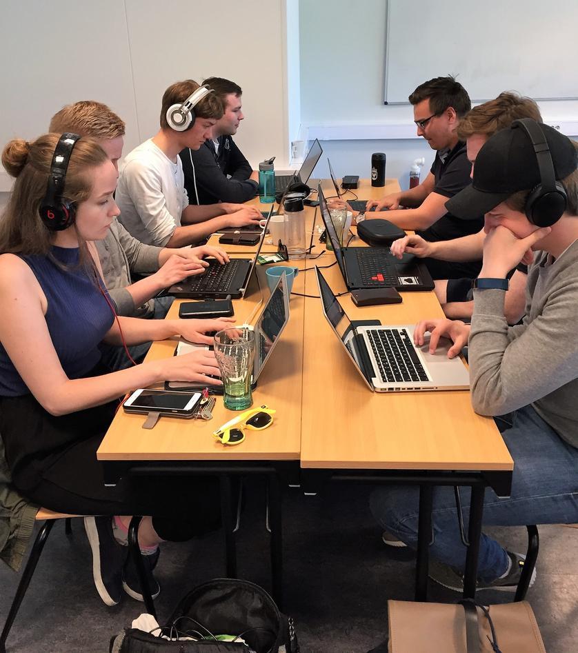 studenter jobber på PC