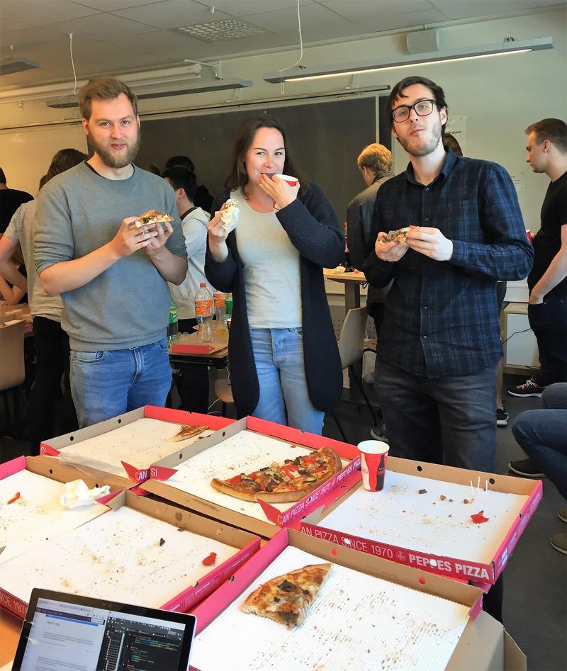 Studenter spiser Pizza