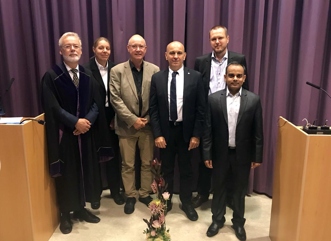 Kuber Bhatta med kommisjonen etter fullført disputas