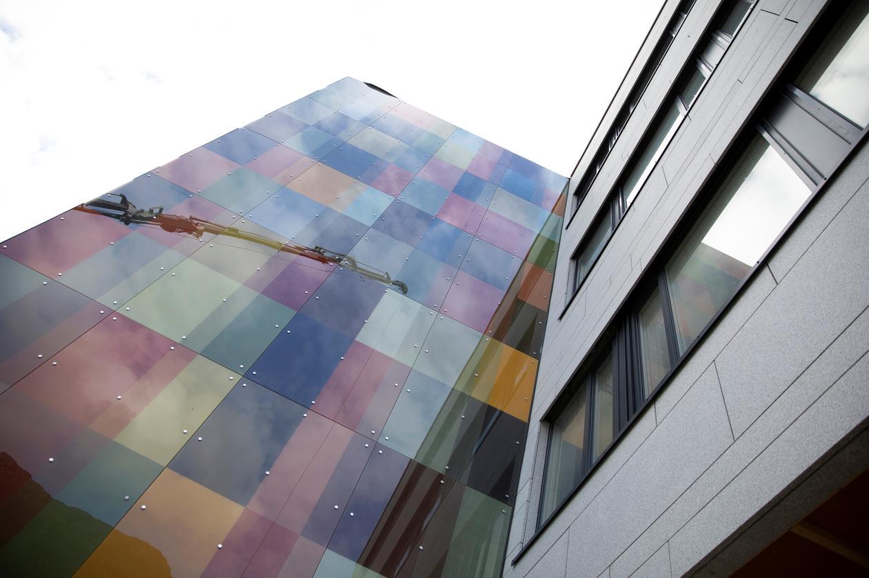 Glassveggen ved hovedinngangen til Alrek helseklynge