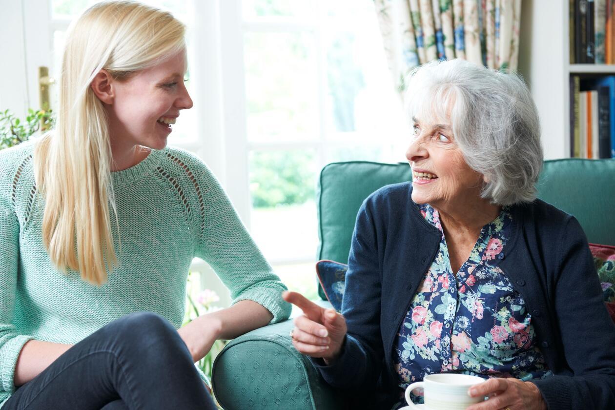 Eldre kvinne og yngre kvinne