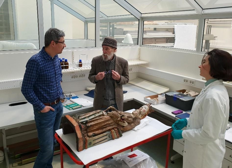Justin Kroesen, Michael Gullick og konservator Alexandra Böhme studerer Kyrkjebø-madonnaen