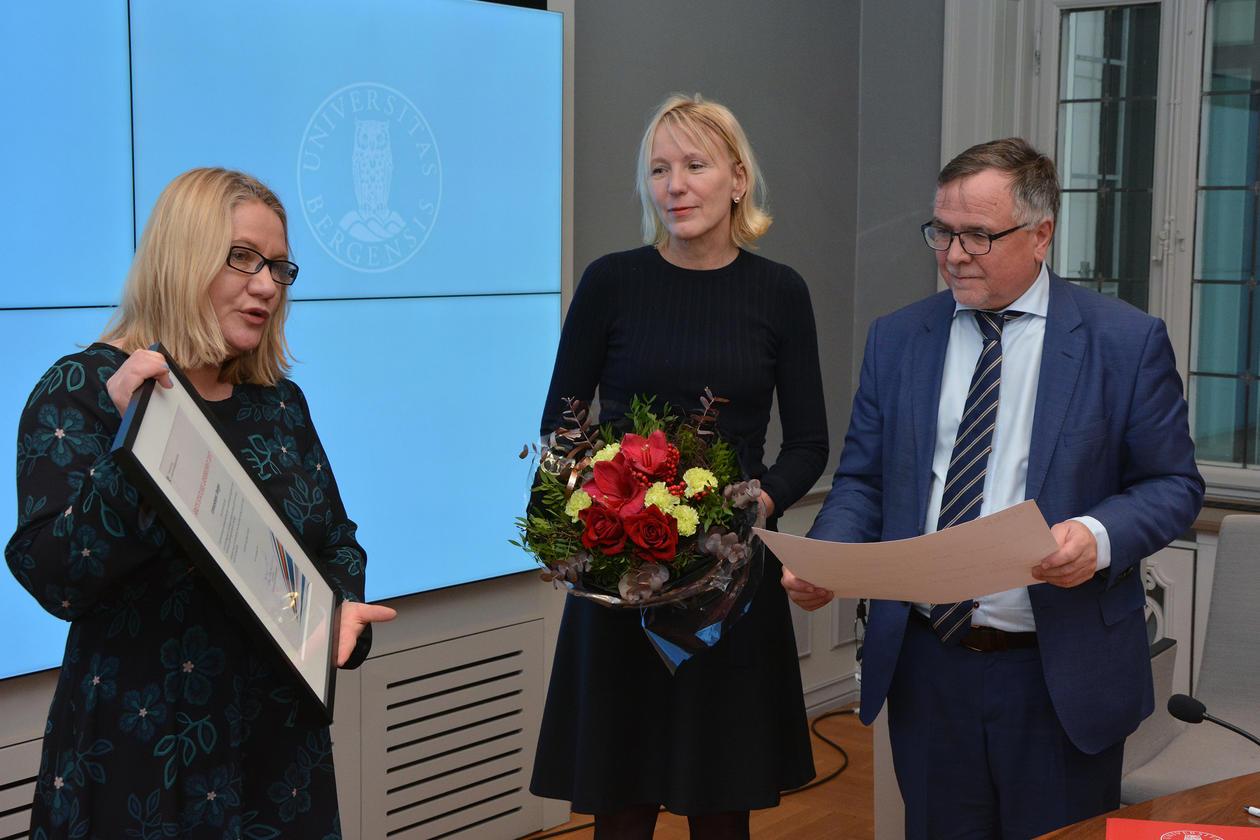 Statssekretær i kommunal- og moderniseringsdepartementet Kristin Holm Jensen overrekte prisen til prorektor Margareth Hagen og universitetsdirektør Kjell Bernstrøm