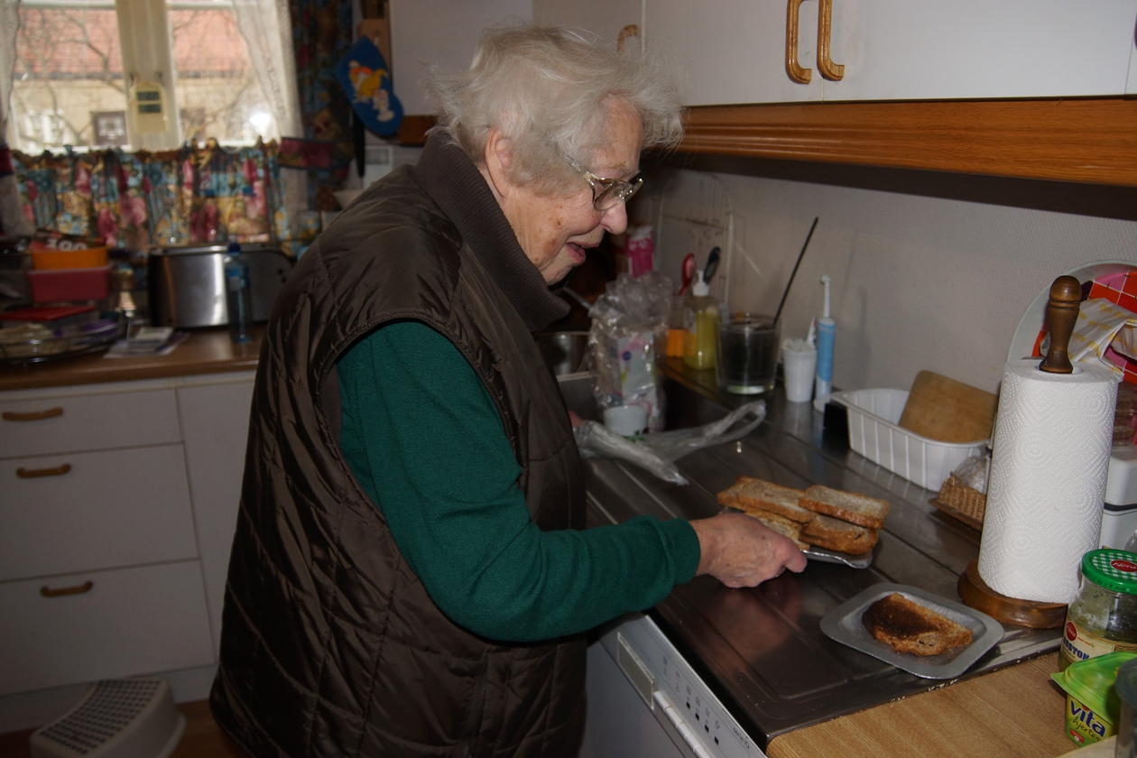 Eldre dame lager mat
