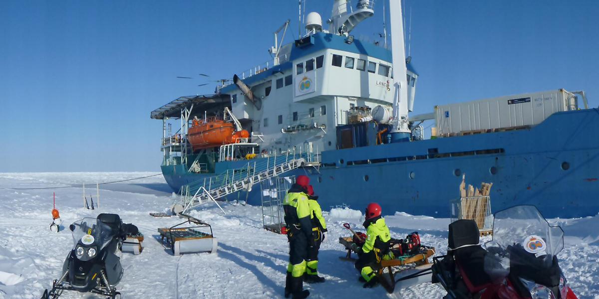 Lance innefrosset, forskerne på isen