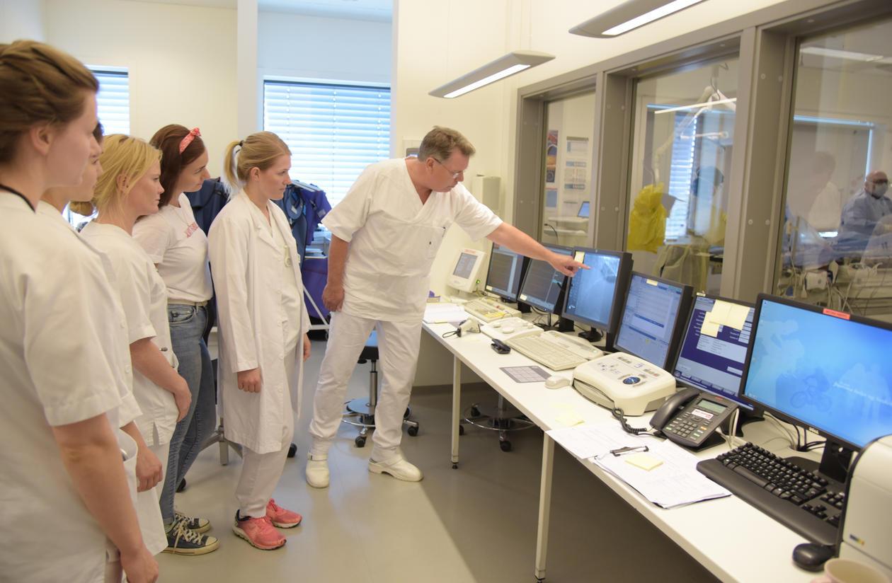 UiB-studenter ser på hjerteoperasjon ved SUS.