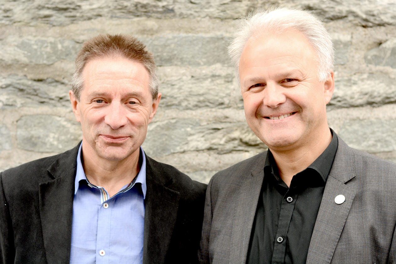 Dean at the Faculty of Social Sciences at University of Bergen, Knut Helland (right), and Head of the Department of Information Science and Media Studies, Leif Ove Larsen.
