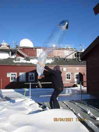 Launching a CMET balloon sonde