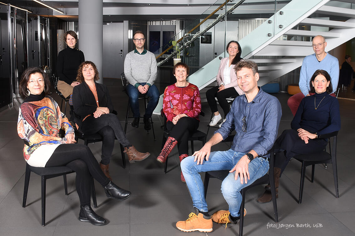 Personer i ledergruppen ved IGS sitter på stoler og ser i kamera.