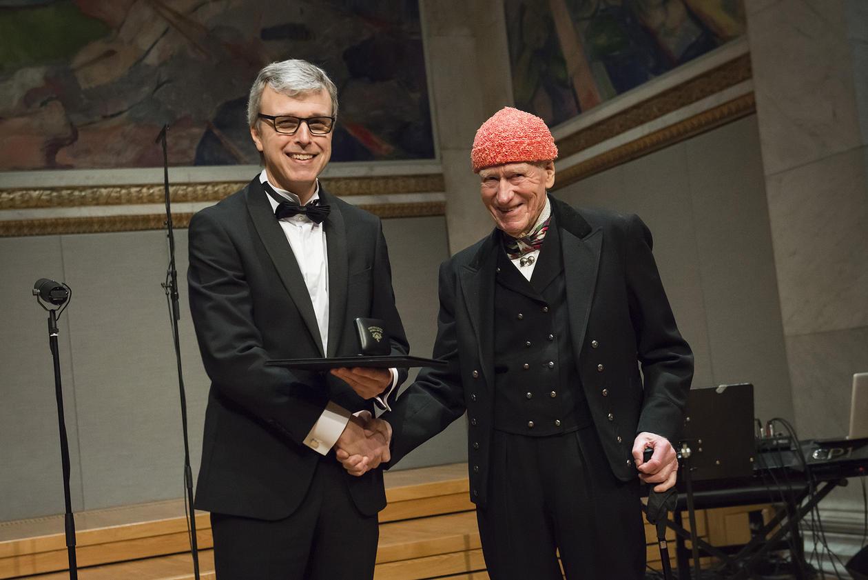 Helge Drange mottar prisen i Universitetes aula.