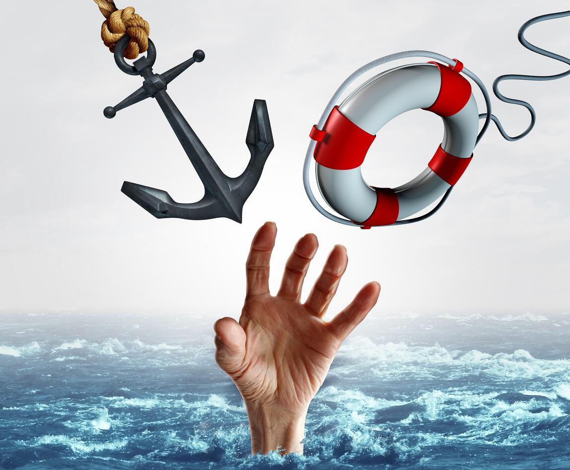 En hånd som strekker seg opp fra havet etter alternativt en livbøye eller et anker