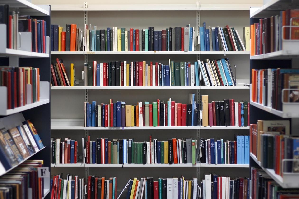 Bøker i hyllene på et bibliotek
