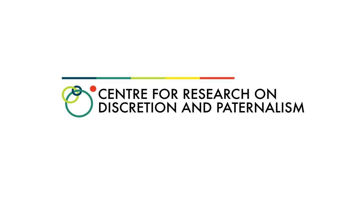 På bildet står Centre for Research on Discretion and Paternalism. På venstre side av teksten er det flere sirkler i grønn, blå og rød. Over teksten ner det en stripe som skifter frage fra blå til turkis til grønn til gul og så til rød.