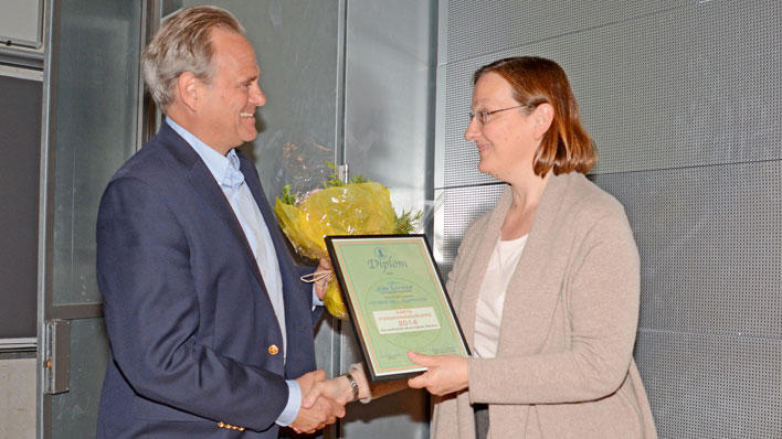 Jim Lorens receives the Best Research Group of the Year Award 2014 by Dean Nina Langeland.