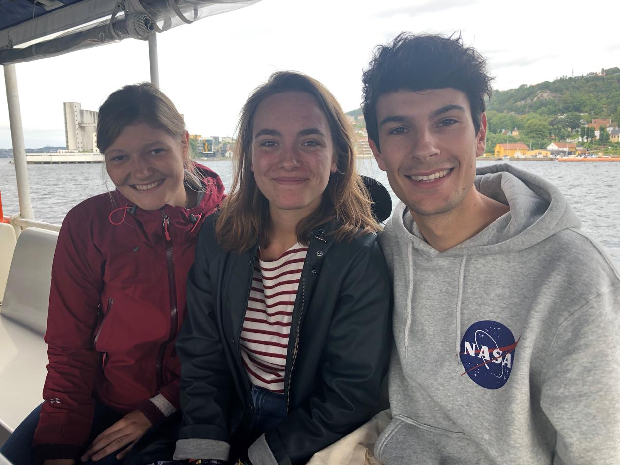 Internasjonale studenter på fjordsightseeing med Det psykologiske fakultet