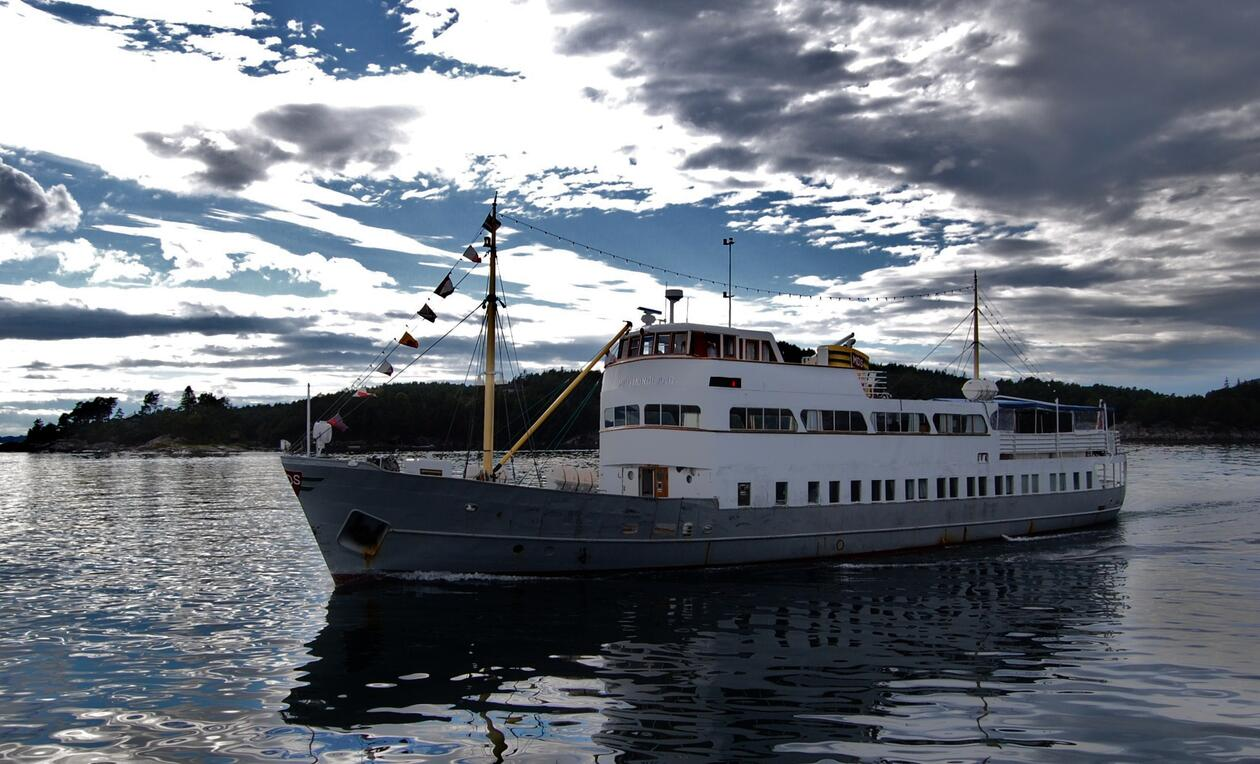 A photo of the old veteranship M/S Midthordland out on the sea