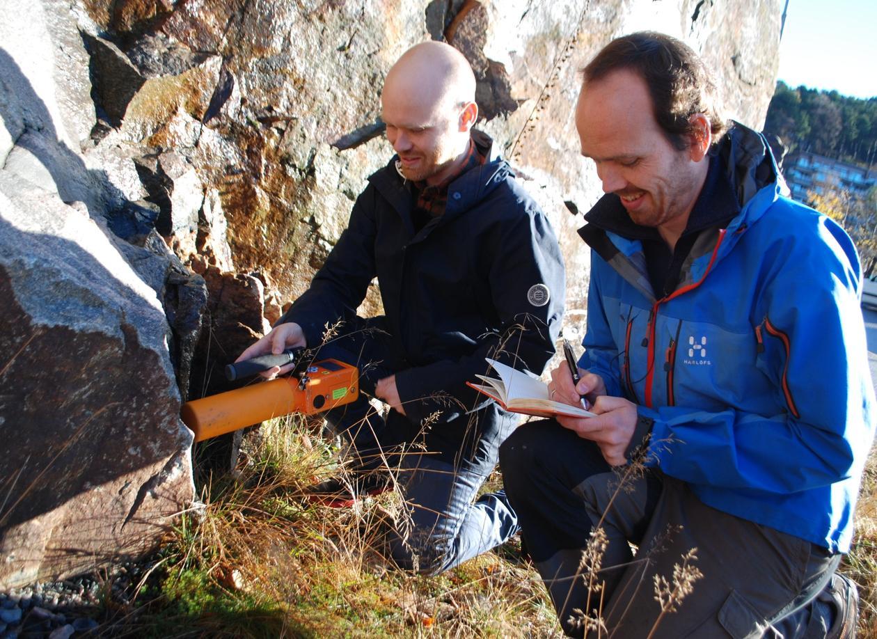 Forskerne måler radioaktivitet i berggrunnen.