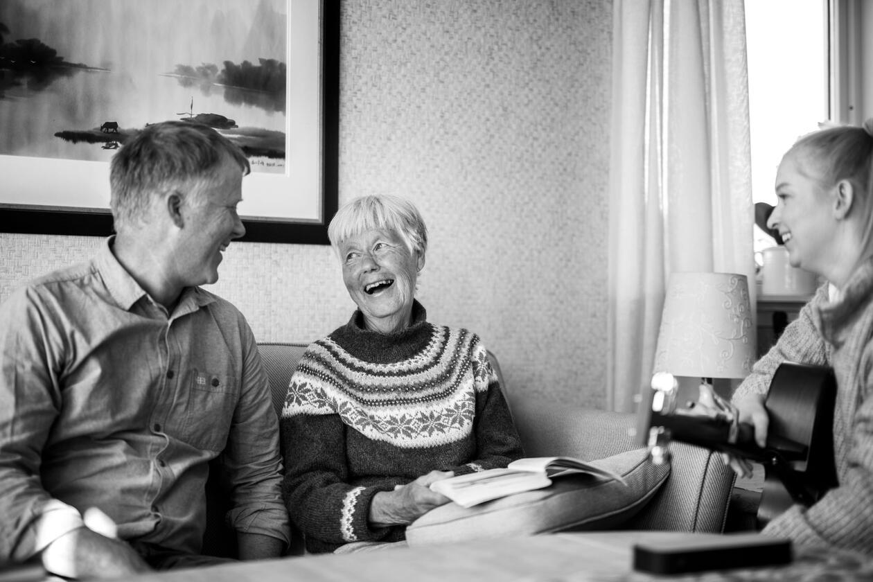 Fremdeles her - foto av person med demens og hennes sønn, i samtale med musikkterapeut. Foto tatt av Ingvild Festervold Melien