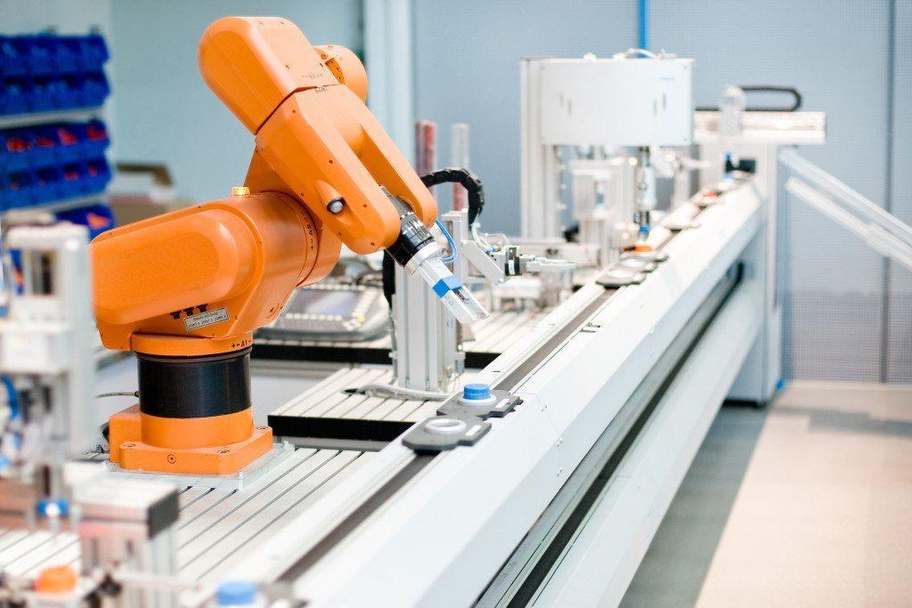 Industrirobot ved et samlebånd