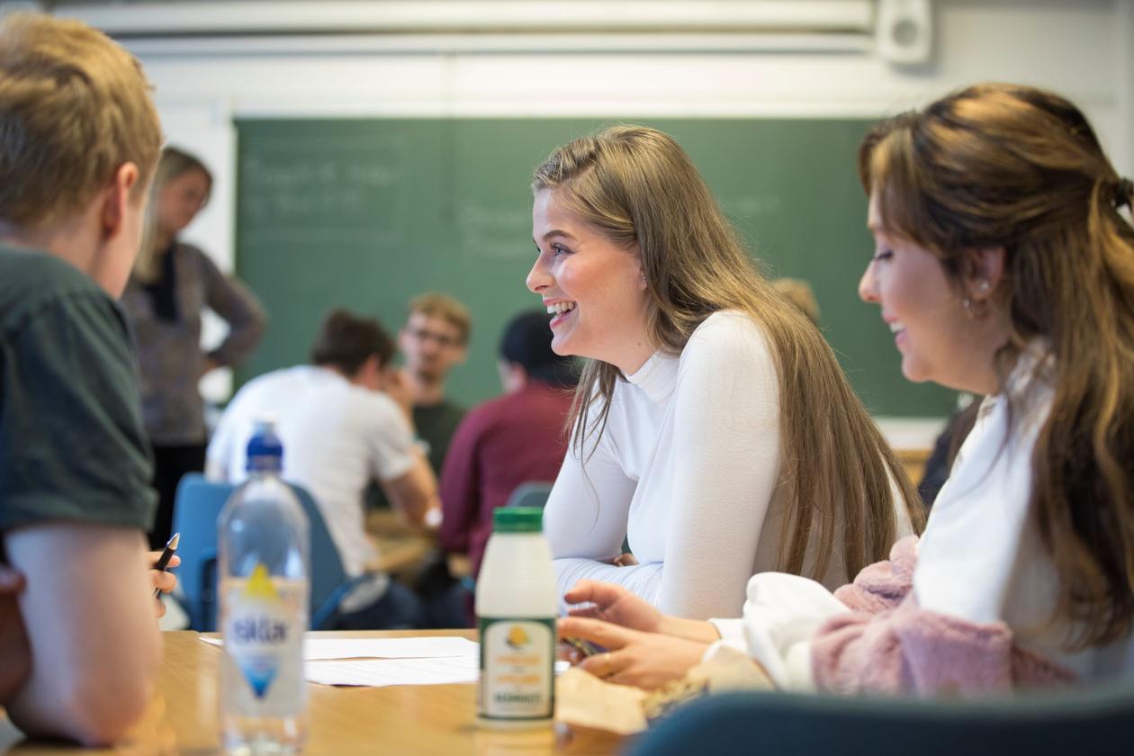 Bilde av HF studenter i arbeidsgruppe