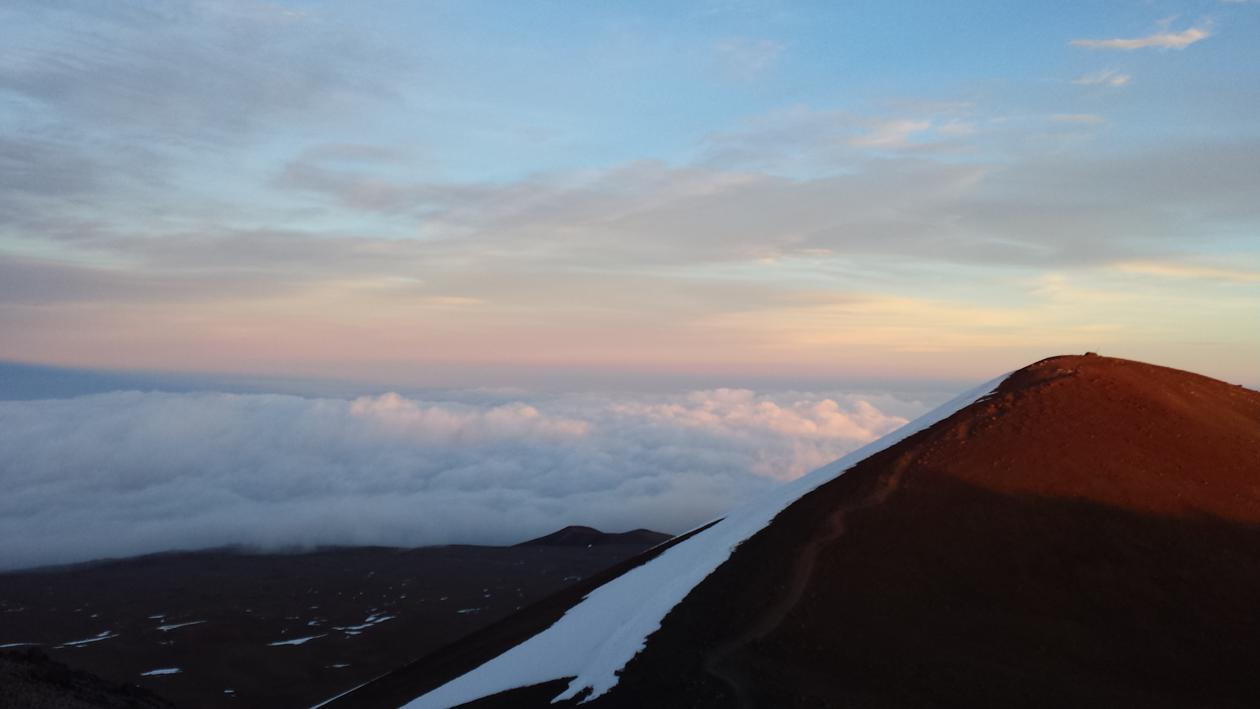 Bilde av fjelltopper på Hawaii