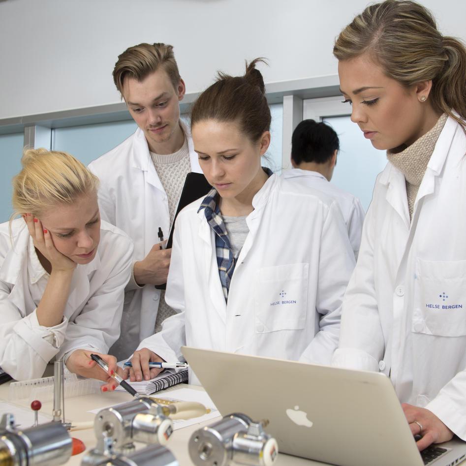 Medisinstudenter i hvite frakker