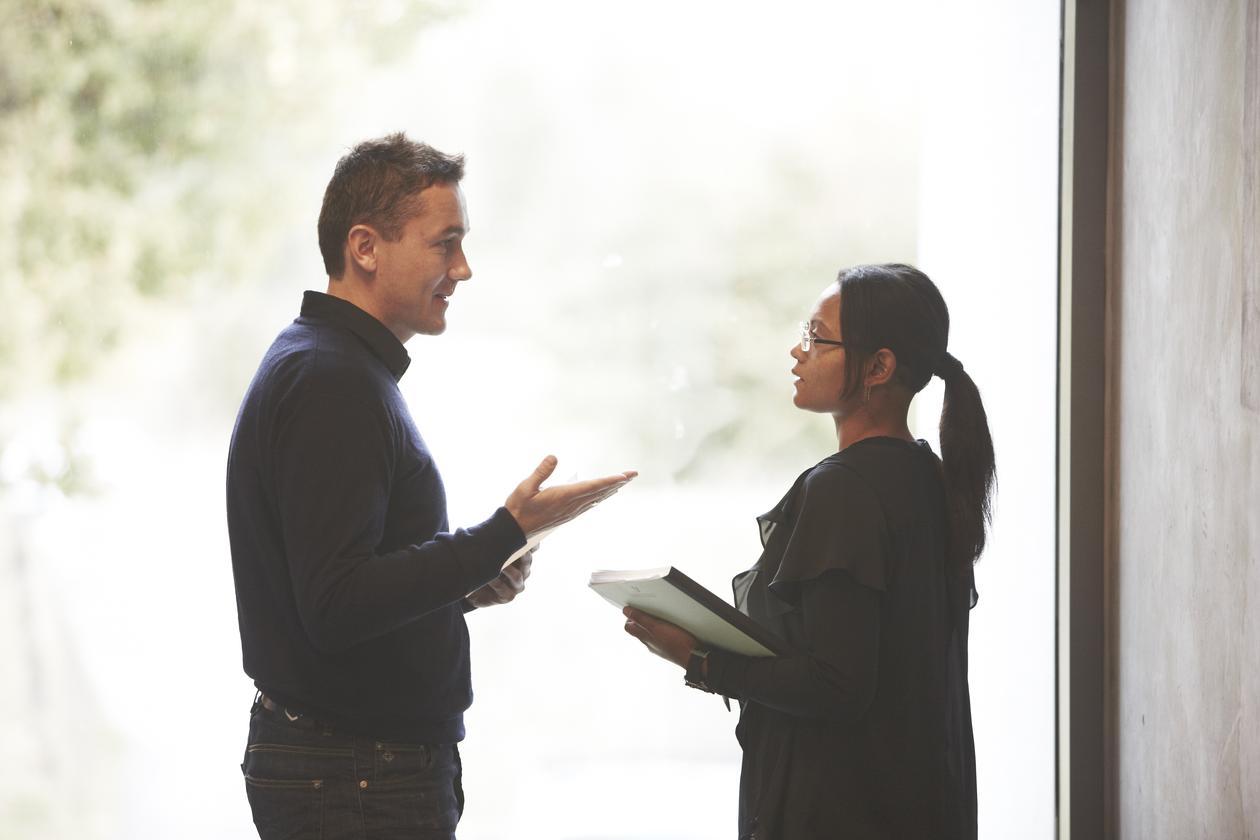 Mennesker som snakker sammen