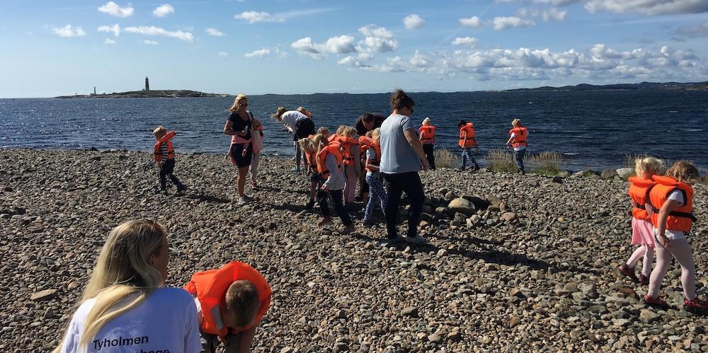 """Femåringer på leting etter """"slektninger"""" av steinen Stein som ble dratt ut på stranden av isen under forrige istid"""
