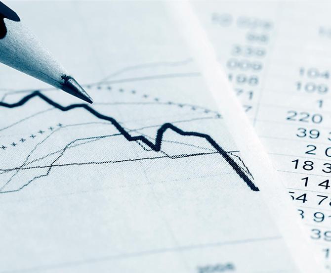 Blyant tegner graf over papir