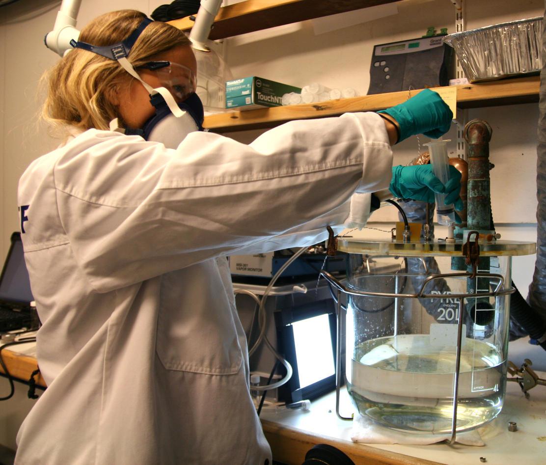 Doktogradsstudent utfører prøvetaking i benkeskala på laboratorium