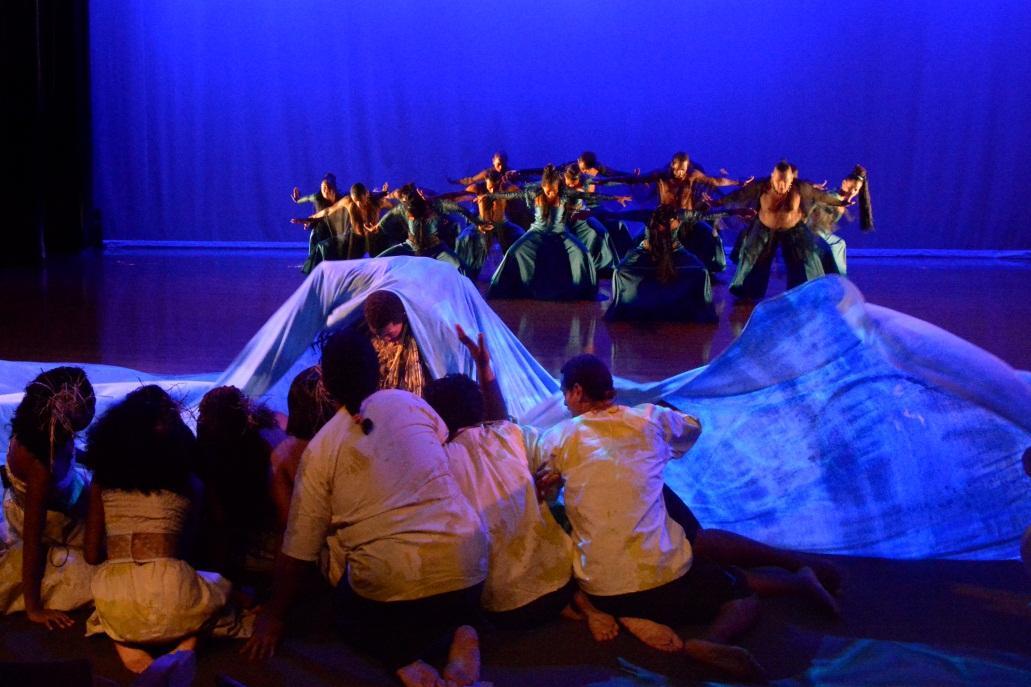 Fra forestillingen Moana: The Rising of the Sea. I denne scenen overveldes øyboerne av det stigende havet. Danserne i bakgrunnen representere naturkreftene.