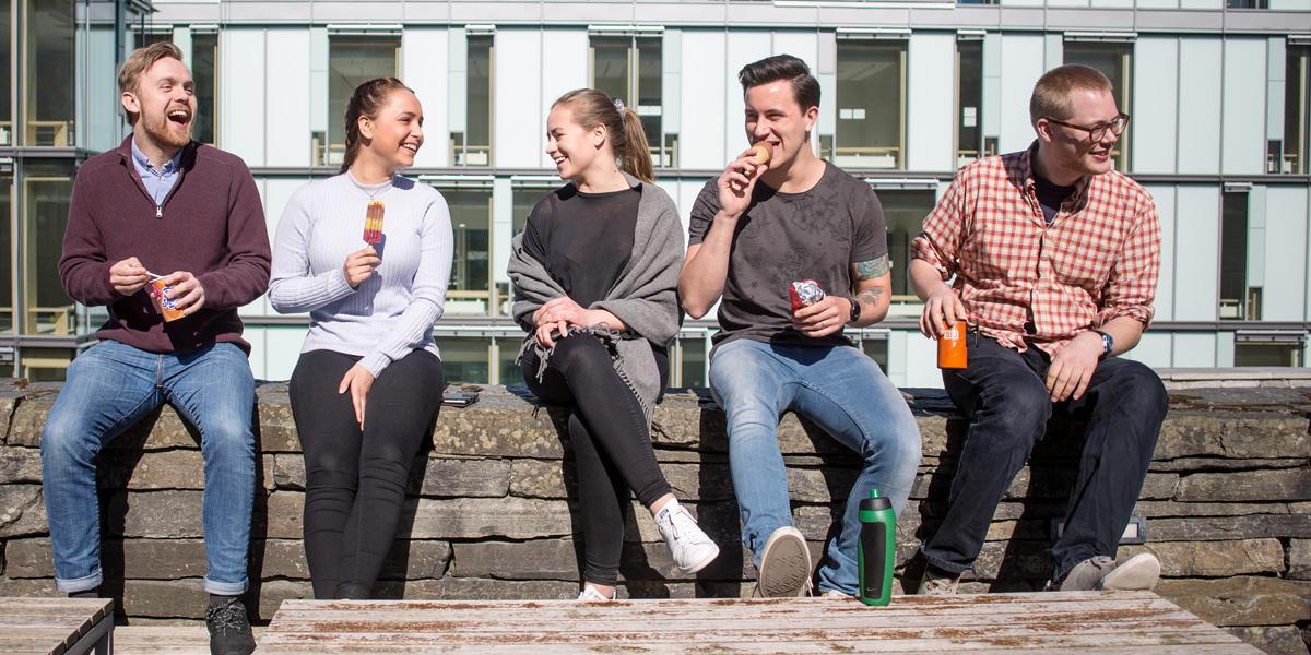 Studenter utenfor BB-bygget