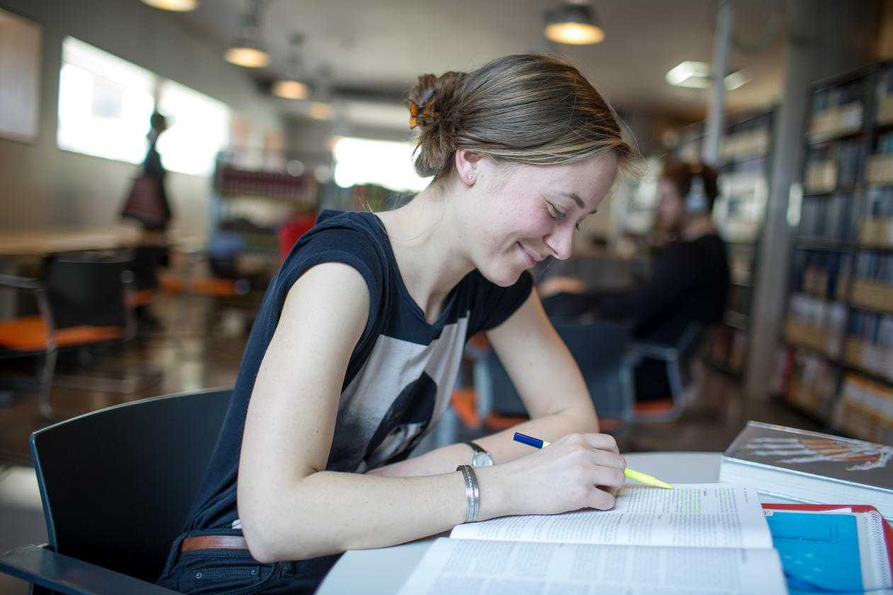 Student på bibliotek
