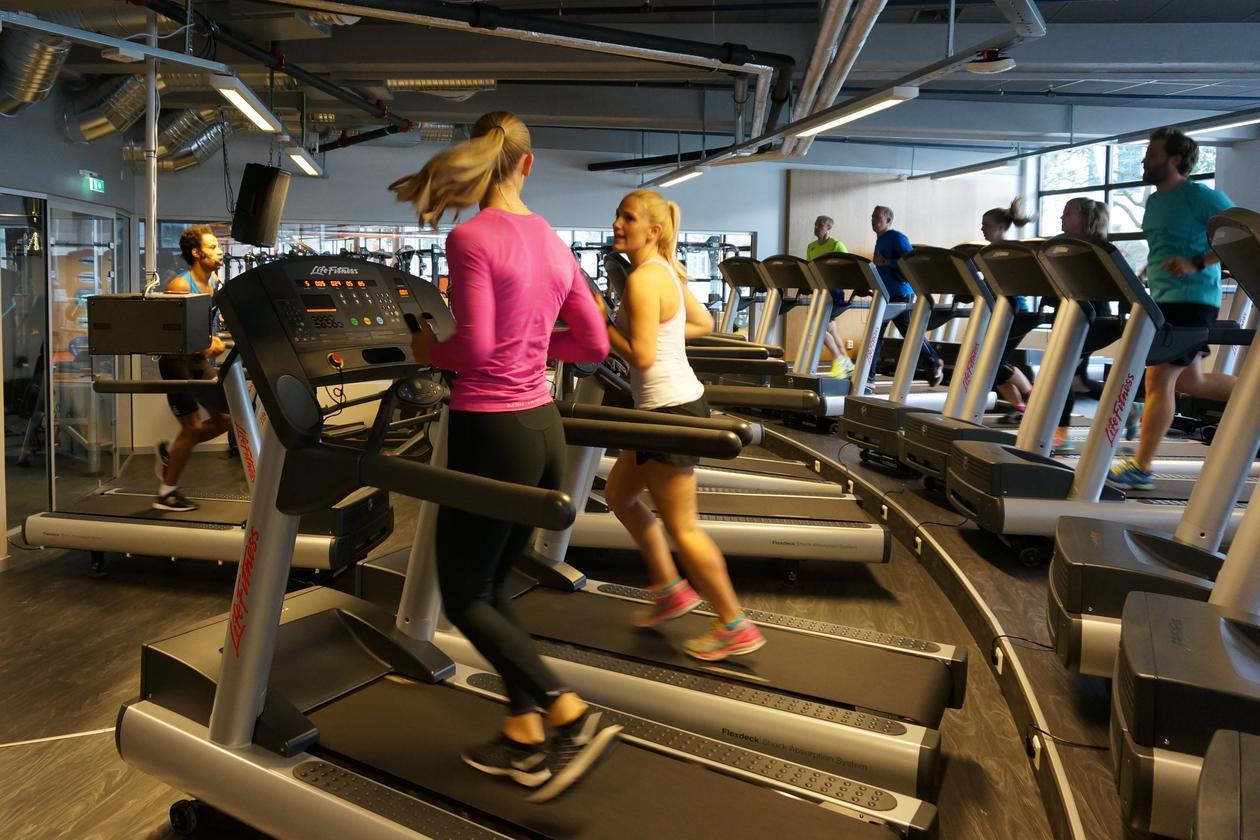 To jenter løper på tredemølle