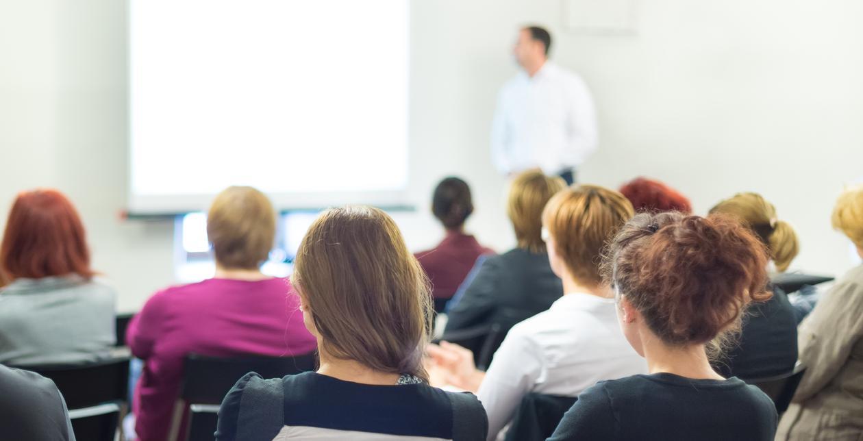 flere mennesker ser på en presentasjon