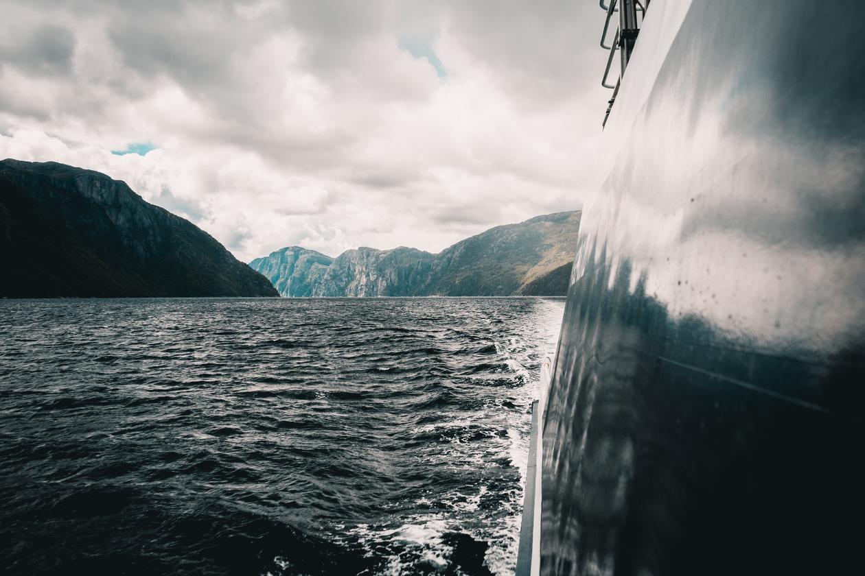 Grønn omstilling. Ferge i fjordlandskap