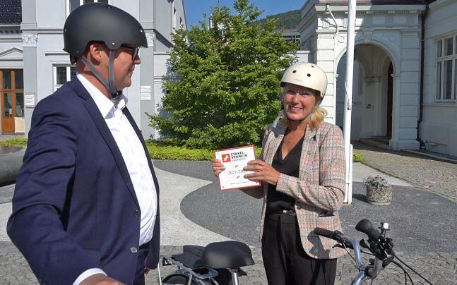Varaordfører Rune Bakervik og Margareth Hagen med sykkelhjelm