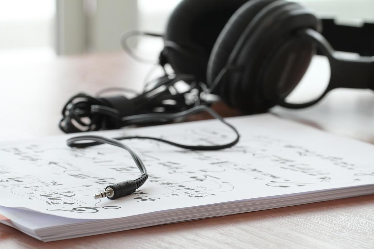 Hiodetelefon og noteark