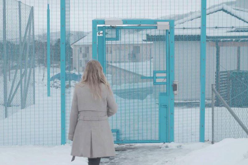 Marianne Walderhaug på vei inn i Bjørgvin fengsel hvor hun jobber.