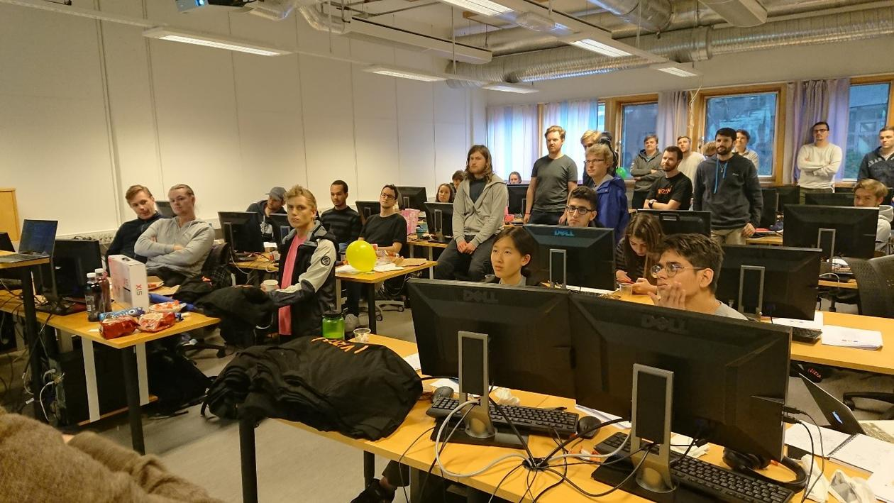 Bilde av studenter på programmeringskonkuranse