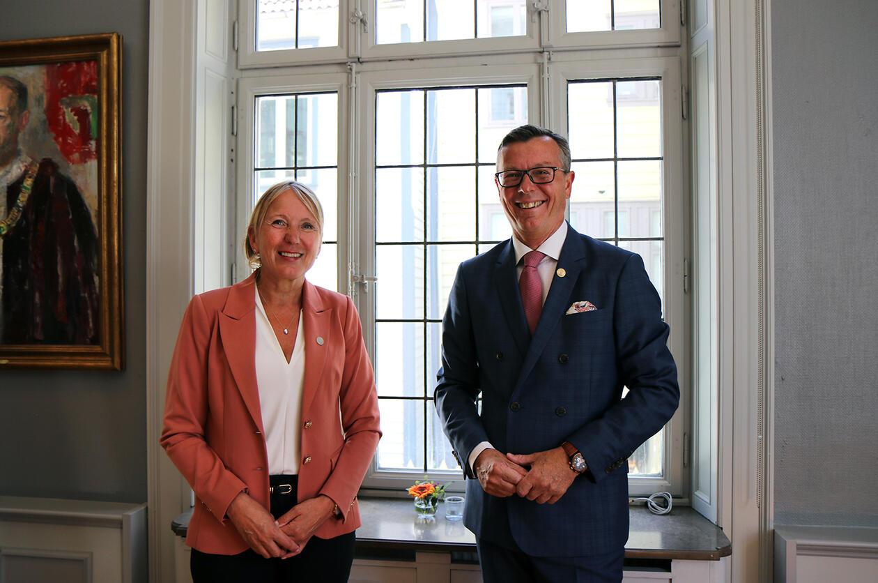 Rektor Margareth Hagen sammen med Dag Rune Olsen.