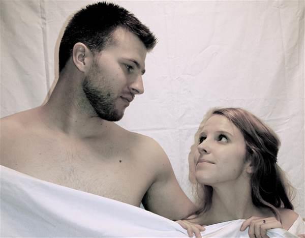 Mann og kvinne som ser på hverandre