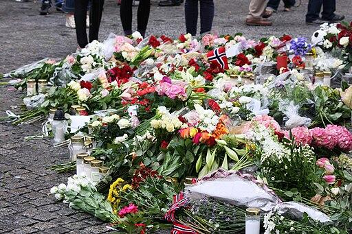Blomster ved Oslo domkirke etter 22. juli